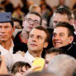 Emmanuel Macron scatta un selfie con i giovani a Etang-sur-Arroux, in occasione del grande dibattito nazionale, un'iniziativa che prevede due mesi incontri tra Governo ed esponenti della società civile. REUTERS/Emmanuel Foudrot/Contrasto