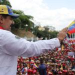 Nicolas Maduro saluta i suoi sostenitori a Caracas, Venezuela, 23 marzo 2019. Palazzo Miraflores/Dispensa tramite REUTERS
