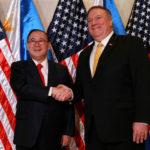 Il Segretario di Stato americano Mike Pompeo stringe la mano al Segretario agli Esteri filippino Teodoro Locsin Jr. presso il Dipartimento degli Affari Esteri a Pasay City, Metro Manila, Filippine, 1 marzo 2019. REUTERS/Eloisa Lopez