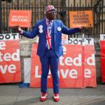 Un sostenitore della Brexit tiene cartelli fuori dalla Camera del Parlamento, Londra, Gran Bretagna, 28 marzo 2019. REUTERS/Alkis Konstantinidis