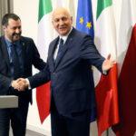 Matteo Salvini stringe la mano al Ministro dell'Interno polacco Joachim Brudzinski durante la sua visita a Varsavia. Dal palco di Piazza del Popolo a Roma, Salvini ha lanciato la sua campagna chiedendo il mandato di negoziare con l'Europa. Agencja Gazeta/Slawomir Kaminski via REUTERS/Contrasto