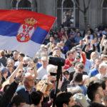Manifestanti davanti l'edificio presidenziale di Belgrado per protestare contro il Presidente serbo Aleksandar Vucic e il suo Governo, Serbia, 17 marzo 2019. REUTERS/Marko Djurica