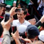 Il Presidente Indonesiano Joko Widodo tra i suoi sostenitori a Jakarta. REUTERS/Darren Whiteside/Contrasto