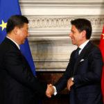 Il Primo Ministro italiano Giuseppe Conte e il Presidente cinese Xi Jinping si stringono la mano dopo aver firmato gli accordi commerciali a Villa Madama a Roma, 23 marzo 2019. REUTERS/Yara Nardi