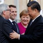 Il Presidente francese Emmanuel Macron, la cancelliera tedesca Angela Merkel e il Presidente della Commissione Europea Jean-Claude Juncker danno il benvenuto al Presidente cinese Xi Jinping all'Eliseo, Parigi, Francia, 26 marzo 2019. REUTERS/Philippe Wojazer