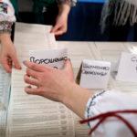 I membri di una commissione elettorale locale contano i voti in un seggio elettorale dopo un'elezione presidenziale a Rohatyn nella regione di Ivano-Frankivsk, Ucraina, 31 marzo 2019. REUTERS/Kacper Pempel