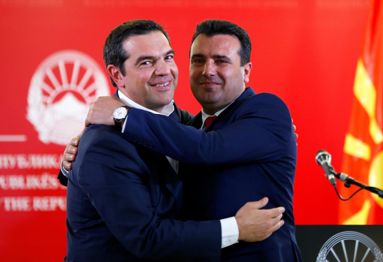 Il Primo Ministro greco Alexis Tsipras e il Primo Ministro della Macedonia del Nord Zoran Zaev si abbracciano mentre partecipano a una conferenza stampa a Skopje, nel nord della Macedonia, 2 aprile 2019. REUTERS/Ognen Teofilovski