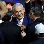 Il Primo Ministro israeliano Benjamin Netanyahu con i suoi sostenitori del partito Likud mentre arriva a parlare in seguito all'annuncio delle exit polls nelle elezioni parlamentari di Israele, nella sede del partito a Tel Aviv, Israele, 10 aprile 2019. REUTERS/Ronen Zvulun