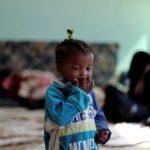 Un bambino sfollato libico, che è fuggito dalla sua casa a causa degli scontri tra le forze orientali comandate da Khalifa Haftar e il Governo riconosciuto a livello internazionale, presso la Bader School, utilizzata come rifugio, a Tripoli, Libia, 14 aprile 2019. REUTERS/Ahmed Jadallah