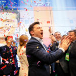 Il candidato presidenziale ucraino Volodymyr Zelensky reagisce in seguito all'annuncio del primo exit poll nelle elezioni presidenziali nel quartier generale della sua campagna a Kiev, Ucraina, 21 aprile 2019. REUTERS/Valentyn Ogirenko