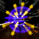 Il simbolo dell'euro è fotografato di fronte all'ex quartier generale della Banca Centrale Europea a Francoforte, Germania, 9 aprile 2019. REUTERS/Kai Pfaffenbach