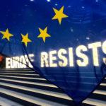 Attivisti mostrano uno striscione al di fuori del Parlamento Europeo durante le elezioni europee a Bruxelles, in Belgio, 26 maggio 2019. Reuters/Bart Biesemans