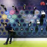 Un uomo guarda le telecamere di sorveglianza esposte in uno stand di Huawei in un'esposizione durante il World Intelligence Congress di Tianjin, Cina, 16 maggio 2019. REUTERS/Jason Lee