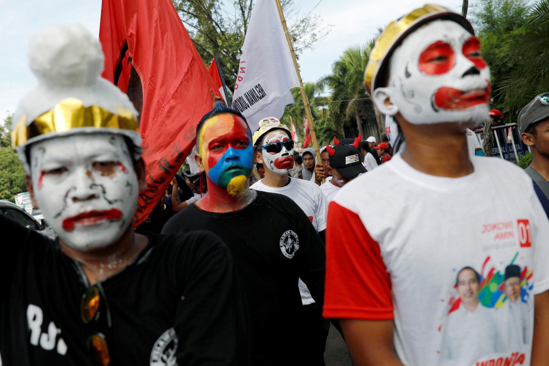 Uomini con i volti dipinti arrivano a un raduno elettorale del candidato presidenziale indonesiano Joko Widodo nella provincia di Solo, Central Java, Indonesia, 9 aprile 2019. REUTERS/Willy Kurniawan