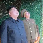 """Il leader della Corea del Nord Kim Jong-un supervisiona una """"esercitazione di lancio"""" per lanciatori multipli e armi tattiche guidate nel Mare Orientale durante un'esercitazione militare in Corea del Nord, 4 maggio 2019, fornita dalla Korean Central News Agency (KCNA). KCNA via REUTERS"""