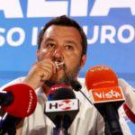 Matteo Salvini bacia il crocifisso mentre parla durante la sua serata elettorale del Parlamento Europeo a Milano, Italia, 27 maggio 2019. REUTERS/Alessandro Garofalo
