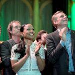 Candidata al partito dei Verdi svedesi (Miljoepartiet), Alice Bah Kuhnke e Per Bolund, Ministro per i mercati finanziari e l'alloggio, applaudono mentre vengono presentati i primi risultati preliminari alle elezioni del Parlamento Europeo, presso Clarion Hotell a Stoccolma, Svezia, 26 maggio 2019. TT News Agency/Janerik Henriksson/tramite REUTERS
