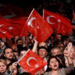I sostenitori del principale partito popolare repubblicano dell'opposizione (CHP) sventolano bandiere turche durante un incontro per protestare dopo che l'Alta Commissione elettorale (YSK) ha deciso di rieseguire l'elezione del sindaco, Istanbul, Turchia, 6 maggio 2019. REUTERS/Murad Sezer