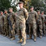 Soldati statunitensi prendono parte a una cerimonia commemorativa per commemorare il 16° anniversario degli attacchi dell'11 settembre, Kabul, Afghanistan, 11 settembre 2017. REUTERS/Mohammad Ismail
