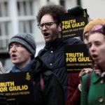 Una manifestazione di Amnesty International davanti all'ambasciata egiziana a Londra in sostegno di Giulio Regeni. Reuters/Simon Dawson