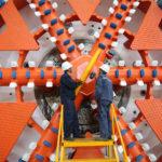 Alcuni operai ispezionano un pezzo di alesatrice del tunnel presso un laboratorio della società Jinan Heavy Machinery Joint Stock a Jinan, provincia di Shandong, Cina, 11 maggio 2019. REUTERS/Stringer