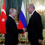 Il Presidente russo Vladimir Putin stringe la mano al Presidente turco Tayyip Erdogan durante il loro incontro al Cremlino, Mosca, Russia, 8 aprile 2019. Maxim Shipenkov/Pool via REUTERS