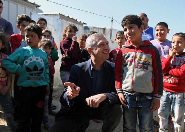 Filippo Grandi, Alto Commissario delle Nazioni Unite per i Rifugiati (UNHCR), insieme ad alcuni bambini siriani, durante la sua visita al campo libanese di Muhammara. Il Libano è il Paese che ospita la più grande comunità di rifugiati rispetto al numero dei cittadini: 164 persone ogni mille abitanti, la quarta popolazione di rifugiati in tutto il mondo. REUTERS/Omar Ibrahim/Contrasto