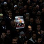 La gente partecipa a una simbolica preghiera funebre per il giornalista saudita Jamal Khashoggi nel cortile della moschea Fatih ad Istanbul, Turchia, 16 novembre 2018. REUTERS/Huseyin Aldemir