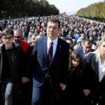 Il neo-sindaco di Istanbul Ekrem Imamoglu, circondato dai suoi sostenitori, visita il mausoleo di Atatürk. Il CHP ha ottenuto, seppur con uno scarto minimo e con la contestazione di un numero rilevante di urne, la maggioranza del 48,78% dei voti. REUTERS/Umit Bektas