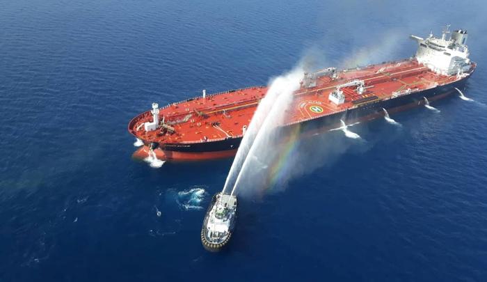 Una nave della marina iraniana cerca di fermare l'incendio di una petroliera che è stata attaccata nel Golfo di Oman, 13 giugno 2019. Tasnim News Agency/Handout tramite REUTERS