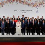 Il Primo Ministro giapponese Shinzo Abe, altri leader e delegati partecipano a una sessione di foto di famiglia al summit dei leader del G20 a Osaka, Giappone, 28 giugno 2019. REUTERS/Kim Kyung-Hoon