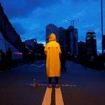 Un manifestante indossa un impermeabile giallo per rendere omaggio a un uomo, che è morto dopo essere caduto da un'impalcatura al complesso del Pacific Place mentre protestava contro il disegno di estradizione, durante una manifestazione che chiedeva ai leader di Hong Kong di dimettersi e ritirare il disegno di estradizione, Hong Kong, Cina, 17 giugno 2019. REUTERS/Tyrone Siu