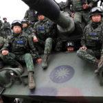 Soldati si siedono su un carro armato M60A3 per una foto di gruppo a Taichung, Taiwan, 17 gennaio 2019. REUTERS/Tyrone Siu
