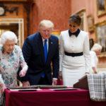 La regina Elisabetta II di Gran Bretagna mostra la collezione reale al Presidente degli Stati Uniti Donald Trump e la First Lady Melania Trump a Buckingham Palace a Londra, Gran Bretagna, 3 giugno 2019. Ian Vogler/Pool via REUTERS