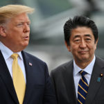 Il Presidente degli Stati Uniti Donald Trump e il Primo Ministro giapponese Shinzo Abe a bordo della nave della Marina giapponese Kaga il 28 maggio 2019 a Yokosuka, Giappone. Charly Triballeau/Pool tramite REUTERS