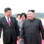 Il leader nordcoreano Kim Jong-un accoglie il Presidente cinese Xi Jinping presso l'aeroporto internazionale Pyongyang a Pyongyang, Corea del Nord, 21 giugno 2019, Agenzia di stampa centrale coreana della Corea del Nord (KCNA). KCNA via REUTERS