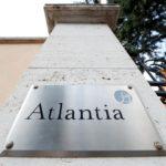 Un logo del Gruppo Atlantia è visto fuori dalla loro sede a Roma, Italia. 31 agosto 2018. REUTERS/Alessandro Bianchi