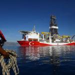 La nave da perforazione turca Fatih al largo della località turistica mediterranea di Antalya, Turchia. REUTERS/Kaan Soyturk