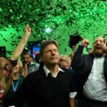 I leader del partito dei Verdi tedeschi Henrike Hahn, Robert Habeck e Anton Hofreiter festeggiano a Monaco. REUTERS/Andreas Gebert/Contrasto