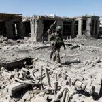 Un soldato dell'esercito nazionale afghano (ANA) cammina nel luogo di un'esplosione a Kabul, Afghanistan. REUTERS/Mohammad Ismail