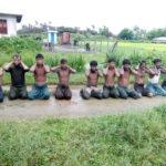 Dieci uomini musulmani Rohingya inginocchiati con le mani legate nel villaggio di Inn Din, Myanmar, 1 settembre 2017. Dispensa tramite REUTERS