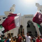 Una manifestazione a Gaza a favore del Qatar. Doha versa mensilmente, con il placet israeliano, milioni di dollari a Gaza. L'intelligence sostiene che ci sia anche un flusso di soldi non ufficiale verso Hamas. REUTERS/Ibraheem Abu Mustafa/Contrasto
