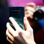 Un giornalista fotografa il nuovo smartphone Samsung Galaxy S10e in un evento stampa a Londra, in Gran Bretagna, 20 febbraio 2019. REUTERS/Henry Nicholls