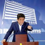 Il Primo Ministro giapponese e leader Partito Liberal Democratico Shinzo Abe partecipa a una conferenza stampa all'indomani delle elezioni per la camera alta presso la sede del partito a Tokyo, Giappone, 22 luglio 2019. REUTERS/Issei Kato