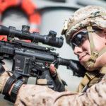 Un fuciliere americano della Marina a bordo della nave d'assalto anfibia USS Boxer nello Stretto di Hormuz nel Golfo di Oman, Mar Arabico , 18 luglio 2019. Dalton Swanbeck/Stati Uniti Navy/Handout tramite REUTERS