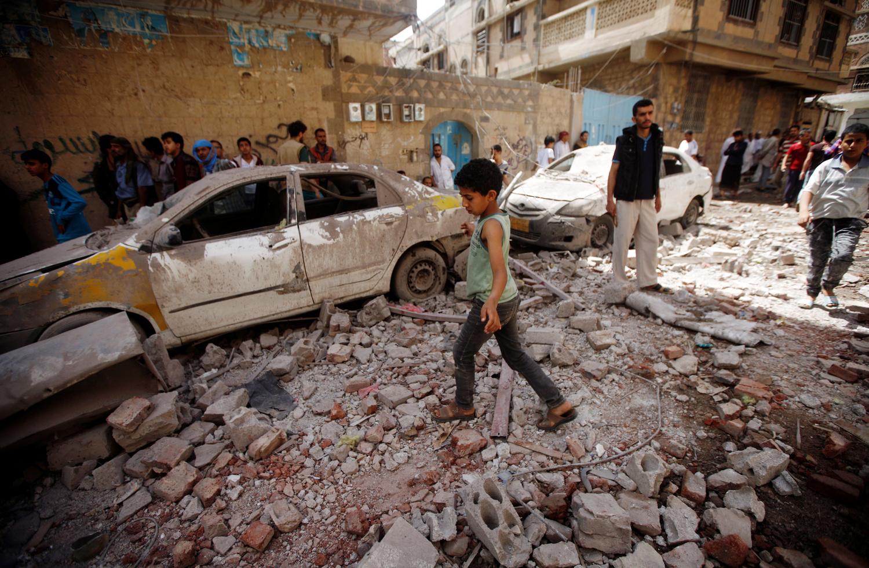 Le conseguenze di un attacco aereo per mano di una coalizione guidata dai sauditi a Sanaa, Yemen, 16 maggio 2019. REUTERS/Mohamed al-Sayaghi