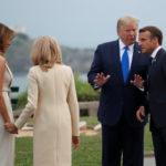 Il Presidente francese Emmanuel Macron e sua moglie Brigitte Macron danno il benvenuto al Presidente degli Stati Uniti Donald Trump e alla First Lady Melania Trump al vertice del G7 a Biarritz, Francia, 24 agosto 2019. REUTERS/Christian Hartmann