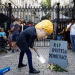 Un uomo che indossa la maschera di Boris Johnson protesta fuori Downing Street a Londra, Gran Bretagna, 28 agosto 2019. REUTERS/Henry Nicholls