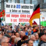 """I sostenitori del movimento anti-islamico PEGIDA (europei patriottici contro l'islamizzazione dell'ovest) si riuniscono in seguito alle elezioni federali della Sassonia durante una manifestazione presso la principale stazione ferroviaria di Dresda, Germania, 2 settembre 2019. Il cartello dice: """"Oggi Alternative für Deutschland è il secondo partito più forte in Sassonia e Brandeburgo - e domani il potere più forte in tutta la Germania."""" REUTERS/Wolfgang Rattay"""