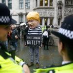 Un manifestante fuori dalla Corte Suprema del Regno Unito dopo l'udienza sulla decisione del Primo Ministro Boris Johnson di prorogare il parlamento in vista della Brexit, a Londra, Gran Bretagna, 24 settembre 2019. REUTERS/Henry Nicholls